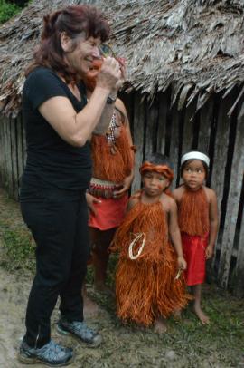מטיילת שלנו עם ילדים משבט האמאזונאס