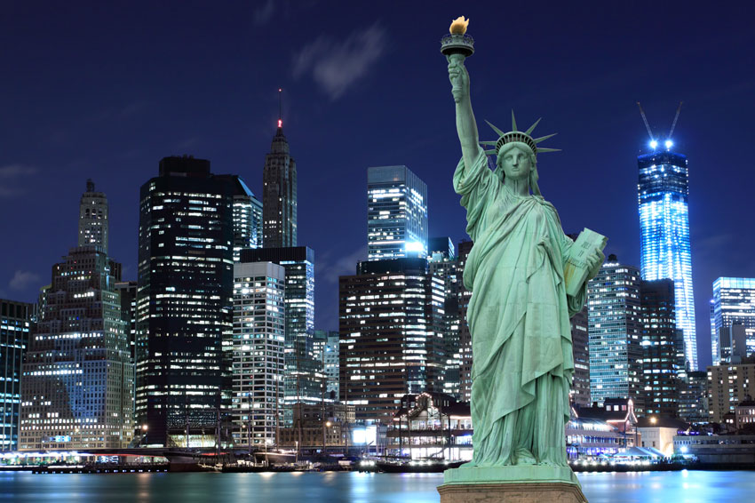 פסל החירות על רקע בנייני ניו יורק