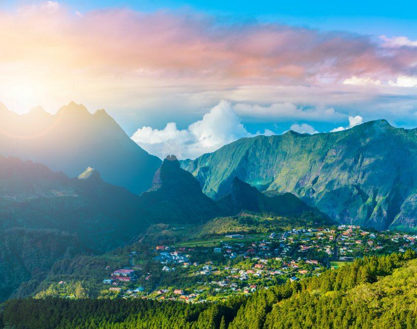 עמק הוולקני סלאזי - סובב הרים גבוהים וירוקים עם נוה אקדמיה